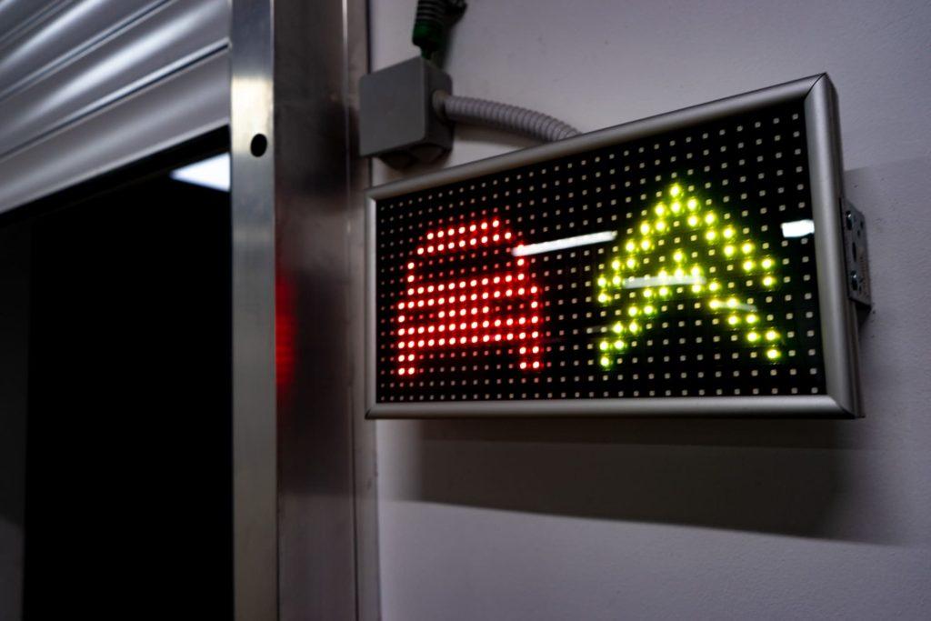 Автомобильный лифт-подъемник для автосалона